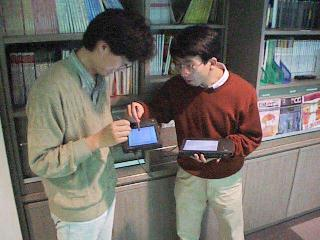 http://www.csl.sony.co.jp/person/rekimoto/pickdrop/pda-pda.jpg